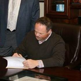 Mark Darr signing bill._2214457121340935454