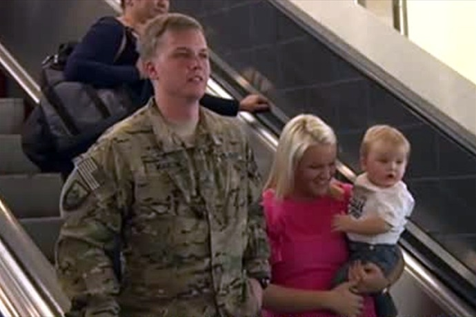 Soldier returns from Afghanistan_-5186486897254119070