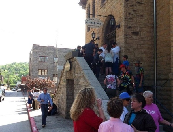 Line for marriage licenses for same sex couples in Eureka Springs on May 10._-6648005357060141063