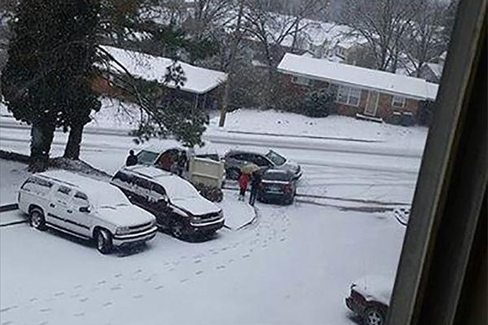 4-car accident outside Tanglewood Apartments in Little Rock Monday afternoon._-6222288338577961096