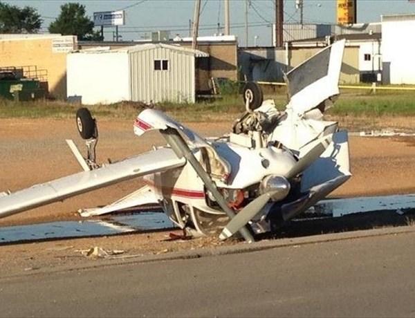 Jonesboro plane crash on restaurant parking lot_7627254292723222826