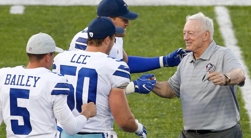 Jerry Jones with Cowboys Players_1501909082630.PNG