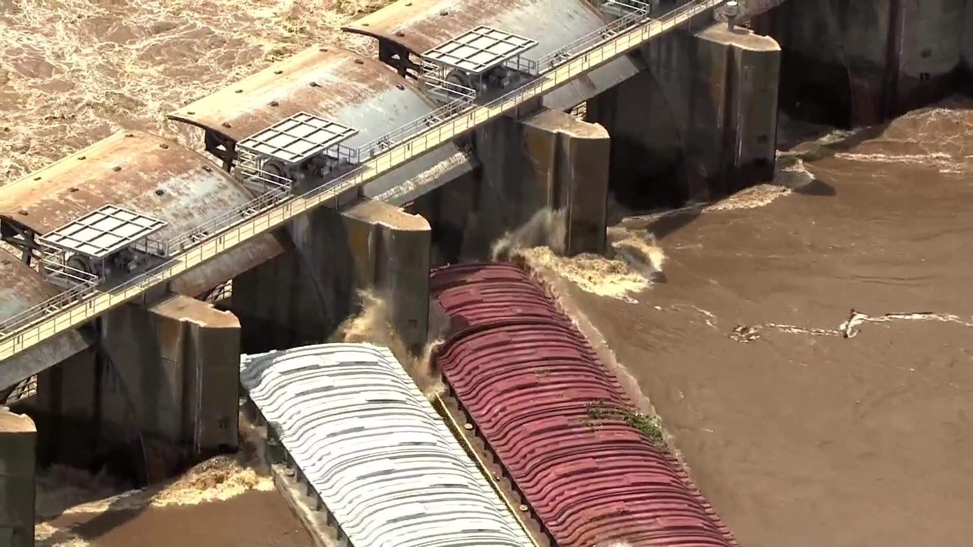 Barges_hit_Oklahoma_dam_on_Arkansas_Rive_8_20190523183750-118809306